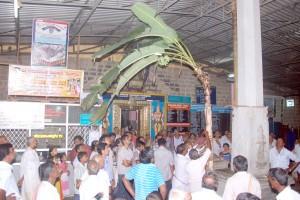 ಚಿತ್ರಪಾಡಿ ಗ್ರಾಮಸ್ಥರು ತಂದ ಬಾಳೆಗಿಡವನ್ನು ಧ್ವಜಸ್ತಂಬಕ್ಕೆ ಕಟ್ಟುವುದು