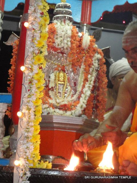 ಪುಷ್ಫರಥದಲ್ಲಿ ಅಲಂಕ್ರತನಾಗಿ ಪೂಜೆಗೊಳ್ಳುತ್ತಿರುವ ಶ್ರೀಗುರುನರಸಿಂಹ ದೇವರು