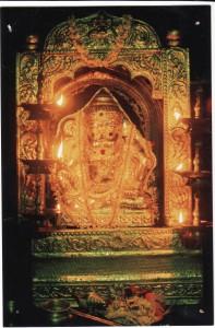 ಬೆಳ್ಳಿ ಮುಖವಾಡವನ್ನು ಶ್ರೀದೇವರಿಗೆ ಸಮರ್ಪಿಸಿ ಅಲಂಕರಿಸಲಾಯಿತು